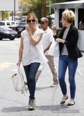 Sarah and Emma Caulfield Grabbing Lunch at the Brentwood Country Mart, LA (May 5th, 2014)