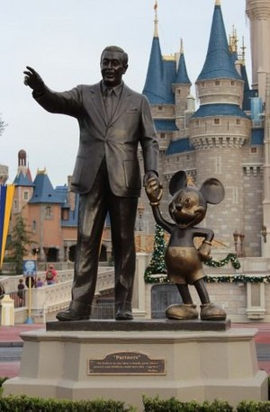 Statue Of Walt Disney And Mickey chuột