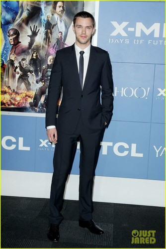 Николас Холт Обои containing a business suit, a suit, and a three piece suit titled X-Men: Days of Future Past - Premiere