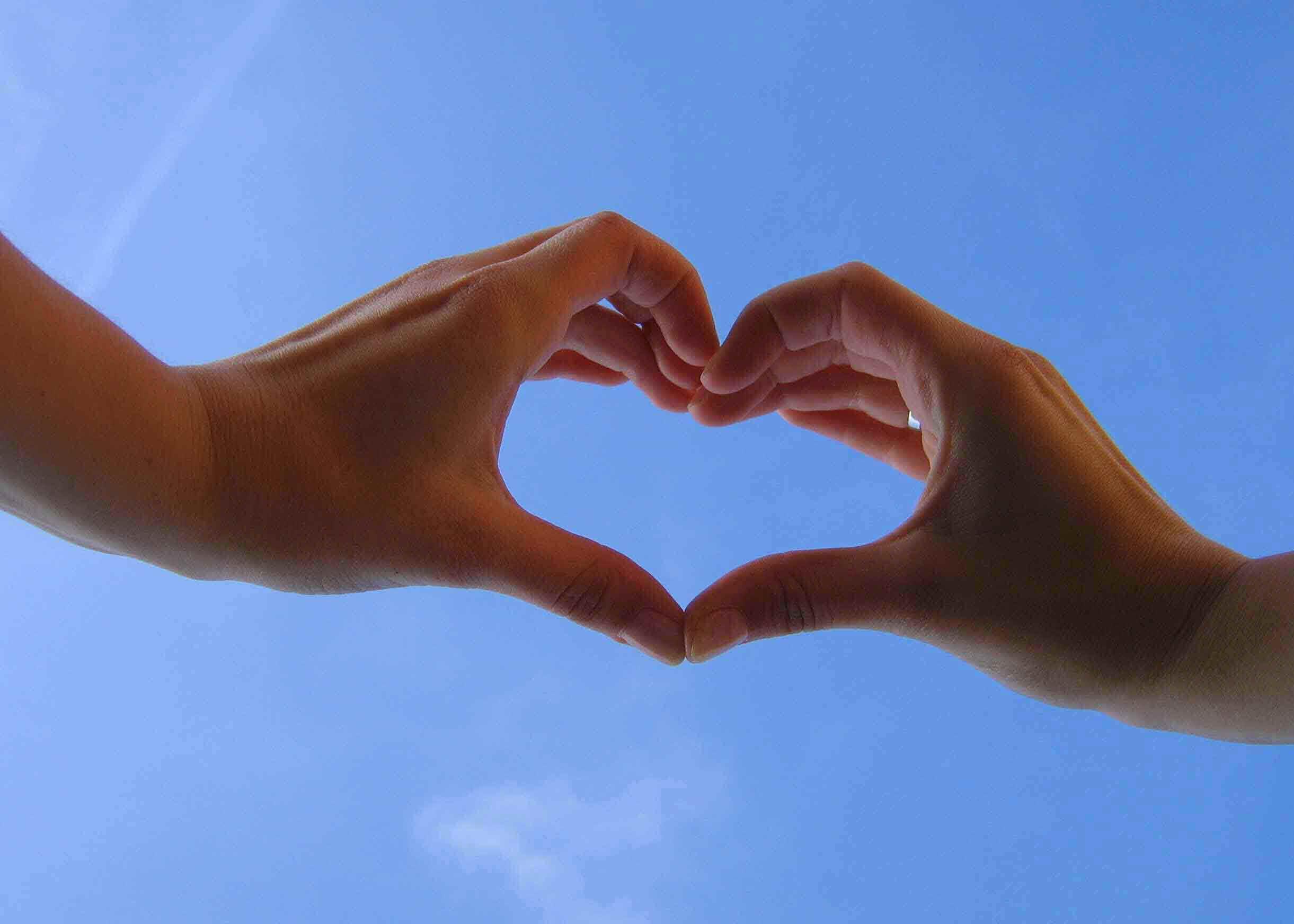 Фото сердечек из рук на аву в