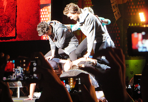 the boys trying to do a human pyramid only using one arm they failed  - São Paulo - 05/10