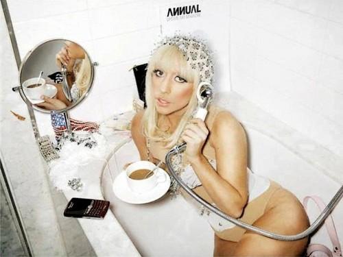 Lady Gaga karatasi la kupamba ukuta containing a toilet bowl called Lady gaga
