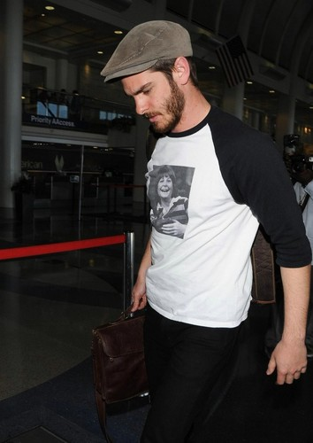 Andrew Garfield karatasi la kupamba ukuta probably with a sign called Andrew Garfield at LAX