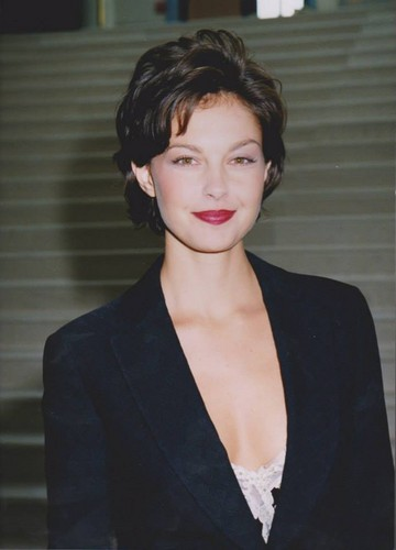 Ashley Judd پیپر وال containing a well dressed person, a business suit, and a suit titled Ashley Judd