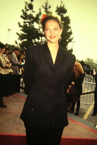 Ashley Judd پیپر وال containing a business suit, a well dressed person, and a suit called Ashley Judd