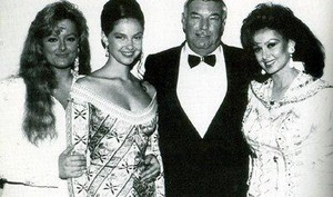 Ashley Judd with sister Wynonna, mother Naomi and their manager