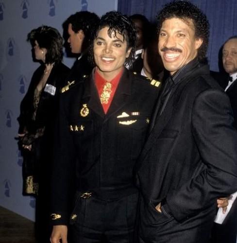 マイケル・ジャクソン 壁紙 possibly containing a green beret, dress blues, regimentals, and 連隊 titled Backstage At The 1986 Grammy Awards