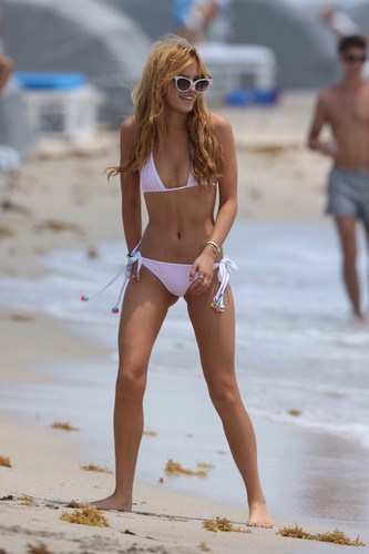 bella thorne fondo de pantalla containing a bikini called Bella Thorne rosado, rosa bikini