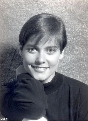 Carey Lowell (Pam Bouvier)