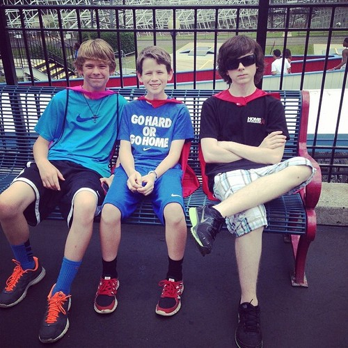 Chandler Riggs Hintergrund entitled Chandler with his brother and a friend at Six Flags