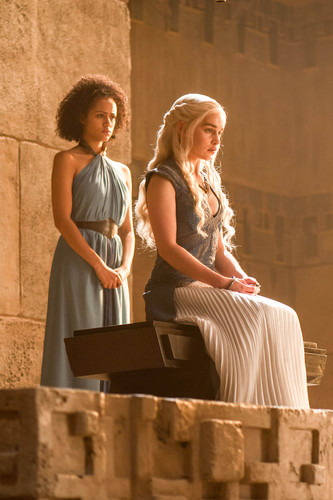 Daenerys Targaryen hình nền probably with a lectern entitled Daenerys Targaryen Season 4