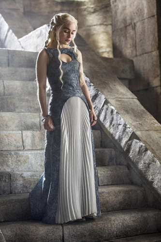 Daenerys Targaryen Hintergrund possibly with a gown, a abendessen dress, and a bridesmaid called Daenerys Targaryen Season 4