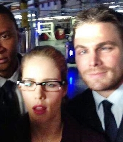 Stephen Amell & Emily Bett Rickards fondo de pantalla containing a business suit titled Emily Bett Rickards Stephen Amell