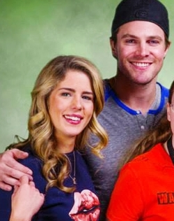 Stephen Amell & Emily Bett Rickards achtergrond possibly with a portrait called Emily Bett Rickards Stephen Amell