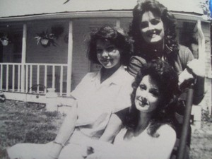 Franklin, Tennessee, 1984. Naomi, Wy and Ashley in the backyard on Del Rio 梭子鱼, 派克