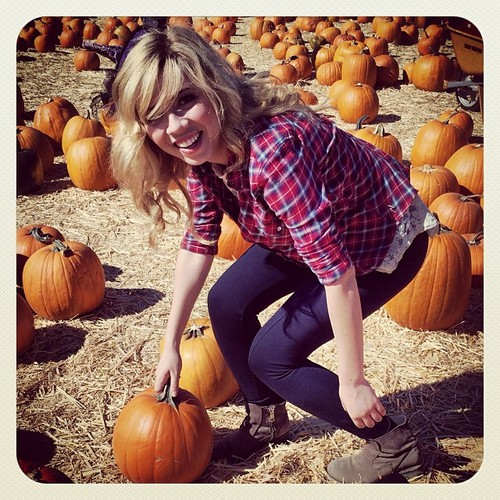 Jennette McCurdy fondo de pantalla with a pumpkin, a pumpkin, and an cebolla called Jennette McCurdy