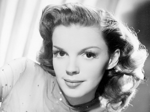 Знаменитости, которые умерли молодыми Обои probably containing a portrait titled Judy Garland