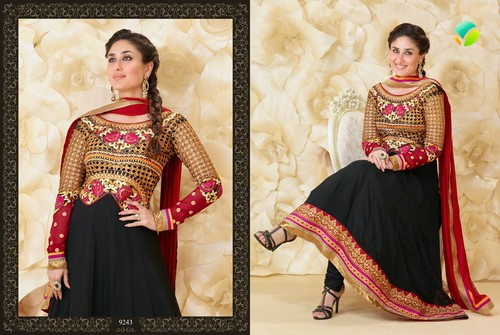 kareena kapoor fond d'écran possibly containing a kirtle, rapporté entitled Kareena in Beautiful Anarakali Suit