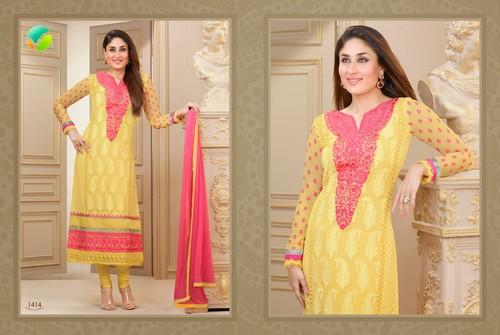 kareena kapoor fond d'écran called Kareena in Beautiful Anarakali Suit