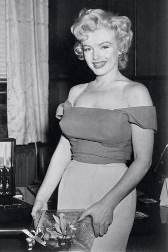 Marilyn Monroe wallpaper probably with a sign entitled Marilyn Monroe
