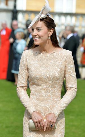 কুইন Elizabeth II Hosts a Garden Party