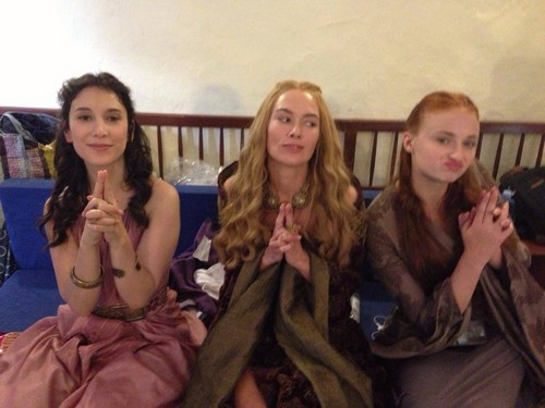 Behind the scenes&Bloopers - Page 2 Sibel-Kekilli-Lena-Headey-and-Sophie-Turner-game-of-thrones-37107333-500-375