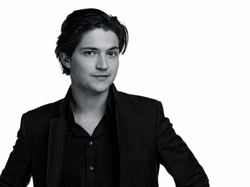 100 (Сотня) сериал Обои probably with a business suit, a suit, and a well dressed person titled Thomas McDonell