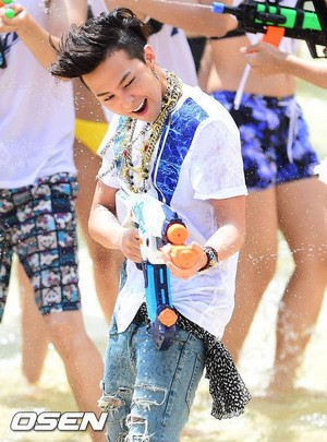 """G-Dragon - Dry Finish """"d WATER FIGHT in ocean world❤ ❥"""