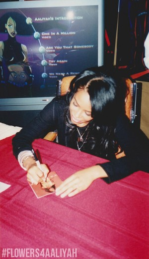 アリーヤ signing Red album ♥