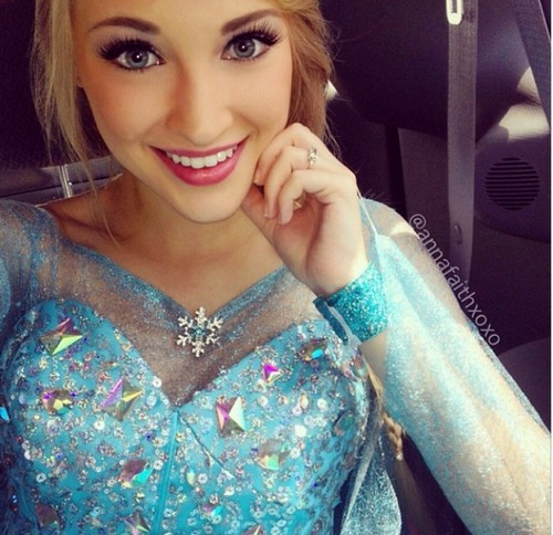 Frozen Hintergrund containing a portrait entitled Anna Faith - Real Life Elsa