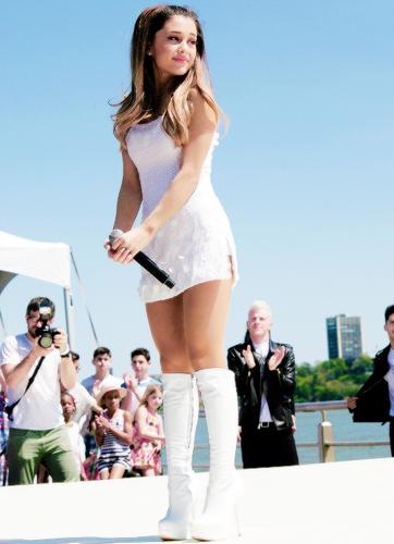 Ariana Grande karatasi la kupamba ukuta entitled Ariana