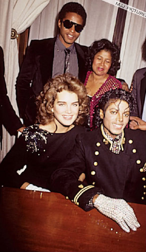 Michael Jackson Hintergrund titled Brooke Shields With The Jackson Family