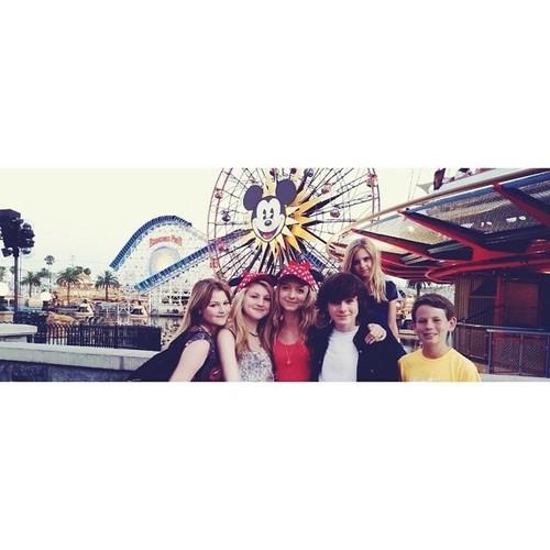 Chandler Riggs Hintergrund titled Chandler with Hana, Brooke, Lauren, Kyla, and Garyson at Disneyland