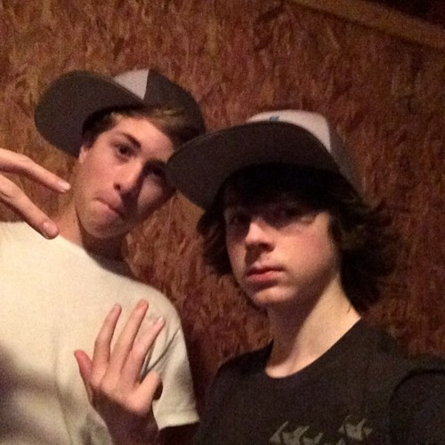 Chandler Riggs Hintergrund with a fedora, a boater, and a campaign hat called Chandler and his friend Gary