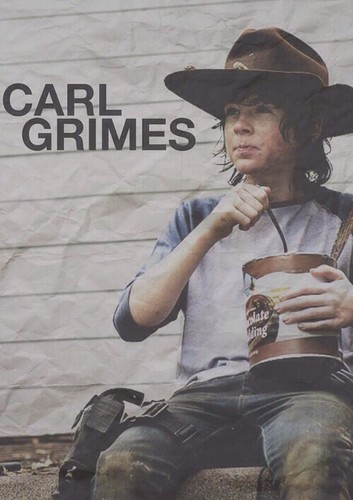 Chandler Riggs Hintergrund with a fedora, a boater, and a campaign hat titled Carl Grimes