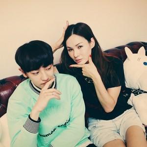 Chanyeol 140702 Instagram Update: 소라누나와 모델놀이!! 시크하다