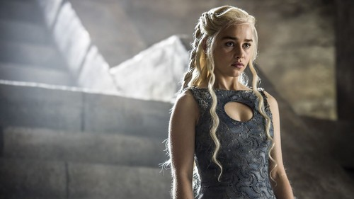 Daenerys Targaryen wallpaper probably containing a hip boot, a chemise, and tights entitled Daenerys Targaryen Season 4