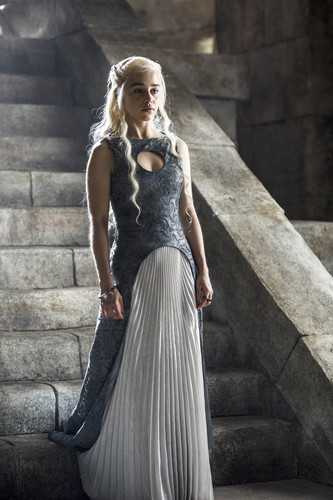 대너리스 카가르옌 바탕화면 probably containing a 공식 만찬, 저녁 식사 dress, a gown, and a bridesmaid entitled Daenerys Targaryen Season 4