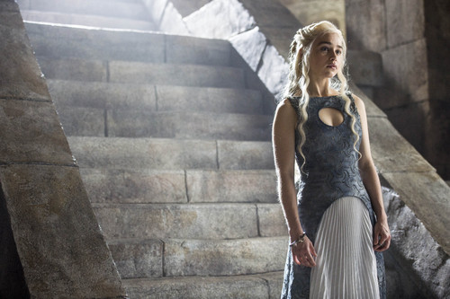 Daenerys Targaryen wallpaper possibly containing a kirtle and a polonaise entitled Daenerys Targaryen Season 4