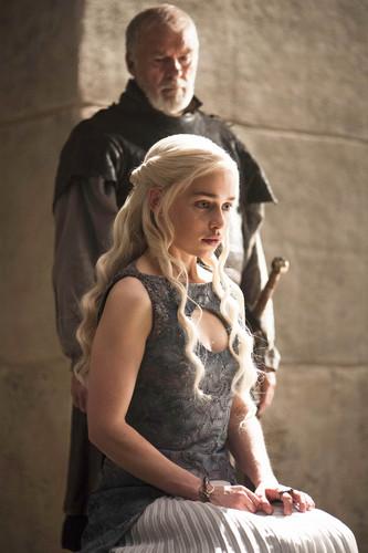 Daenerys Targaryen wallpaper containing a polacca, polonaise entitled Daenerys Targaryen Season 4