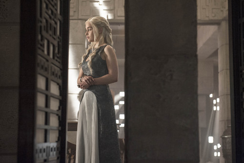 Daenerys Targaryen Hintergrund possibly with a abendessen dress entitled Daenerys Targaryen Season 4