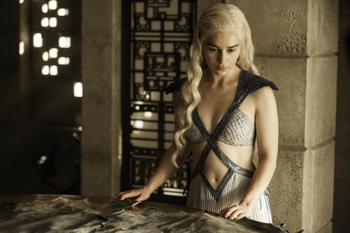 デナーリス・ターガリエン 壁紙 probably containing an abattoir titled Daenerys Targaryn Season 4