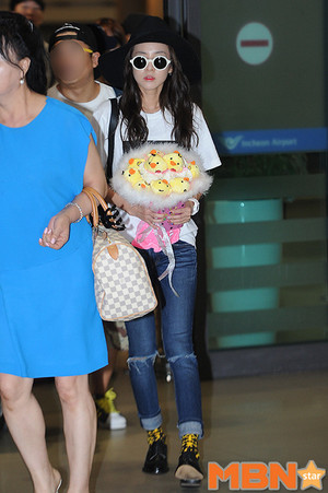Dara at Incheon Airport back from Singapore