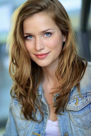 Elizabeth Lail (Anna)