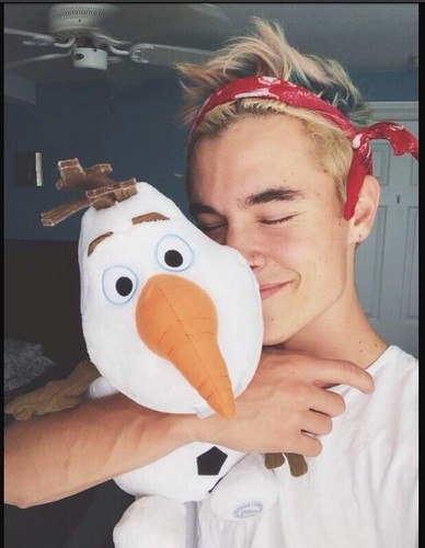 Kian Lawley karatasi la kupamba ukuta entitled Kian and his (new) Olaf! :)