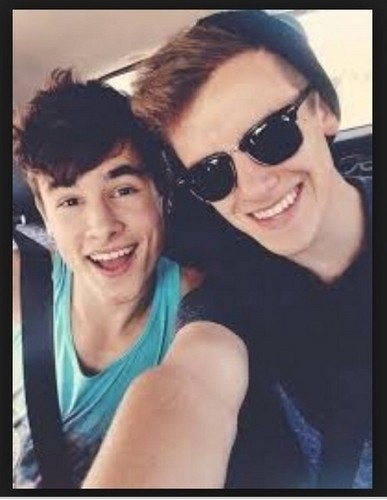 Kian Lawley karatasi la kupamba ukuta containing sunglasses called Konnor! <3
