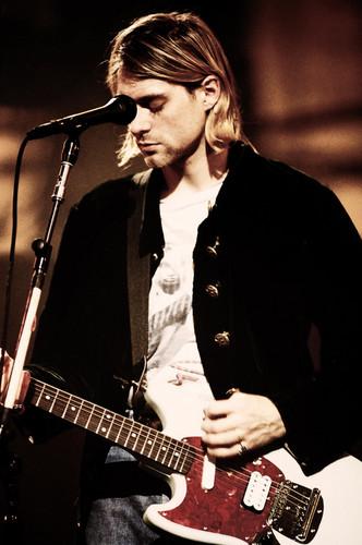 Kurt Cobain wallpaper containing a guitarist and a concerto titled Kurt Cobain ♥
