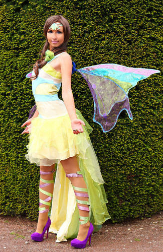 উইংস ক্লাব দেওয়ালপত্র possibly containing a parasol and a bridesmaid entitled Layla Harmonix Cosplay
