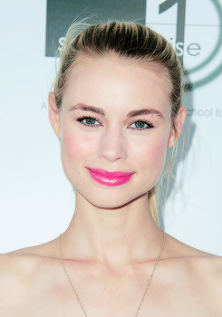 Lucy Fry at the Australians In Film's Heath Ledger Scholarship avondeten, diner