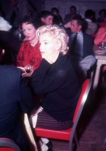Marilyn Monroe karatasi la kupamba ukuta with a business suit called Marilyn Monroe